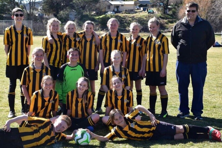 The winning U12 Open Cooma Tigers team: Back row L-R: Sam Readmond, Charlotte Woolf, Ava Ward, Maggie Johnson, Jessica Norris, Charlee Bromfield, Ivana Groves and coach Lucas Cattell. Middle row: Emma Lloyd, Domonic Nitto and Bindi Phillips. Front row: Gracye Boucher, Amelia Cleverley and Felicity Tame. Lying: Rhys Cleverly and Charlie Perea. Photo: Tania Ward